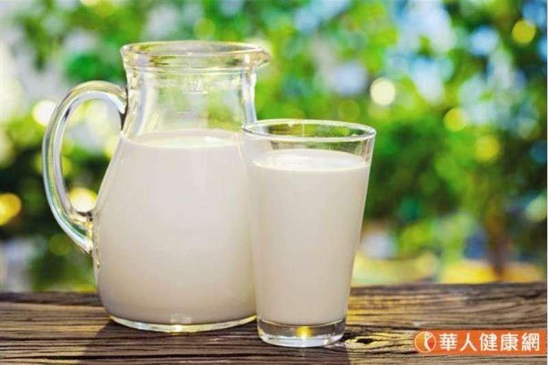 鈣質為國人攝取狀況最差的礦物質,為了改善現代人的缺鈣問題,建議民眾養成每天早晚一杯奶(每天1.5-2杯,每杯240毫升)的習慣。(圖/華人健康網)