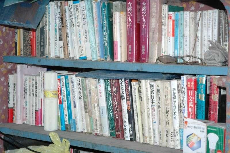 吳連義收藏的關於台灣的書籍。(圖/南國文提供)