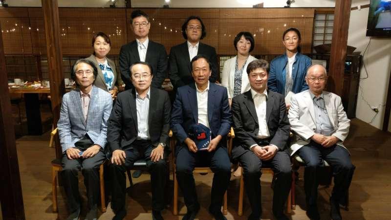 20190906-鴻海集團創辦人6日與來訪的日本東京大學兩岸關係研究小組共進晚餐,深入討論國家議題。(取自郭台銘臉書)