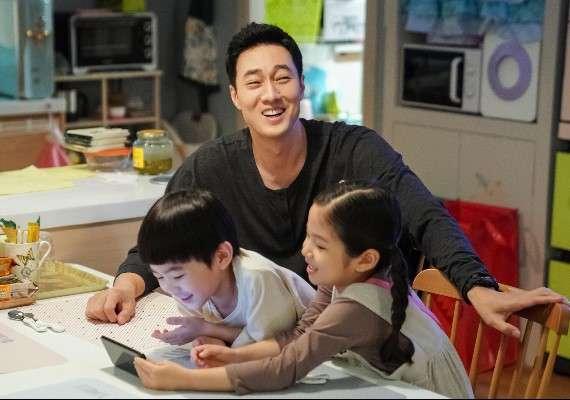 韓星蘇志燮在《我身後的陶斯》中的反差萌讓電視機前的「蘇太太們」為之瘋狂。(圖/取自網路溫度計)