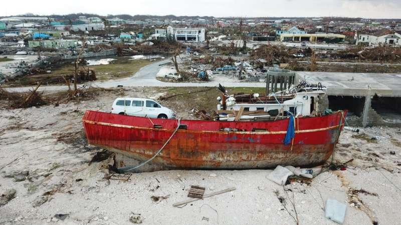 多利安風速最大可達時速354公里,掀起的浪高可達7公尺,就連噸位重的漁船也遭捲上岸。(美聯社)