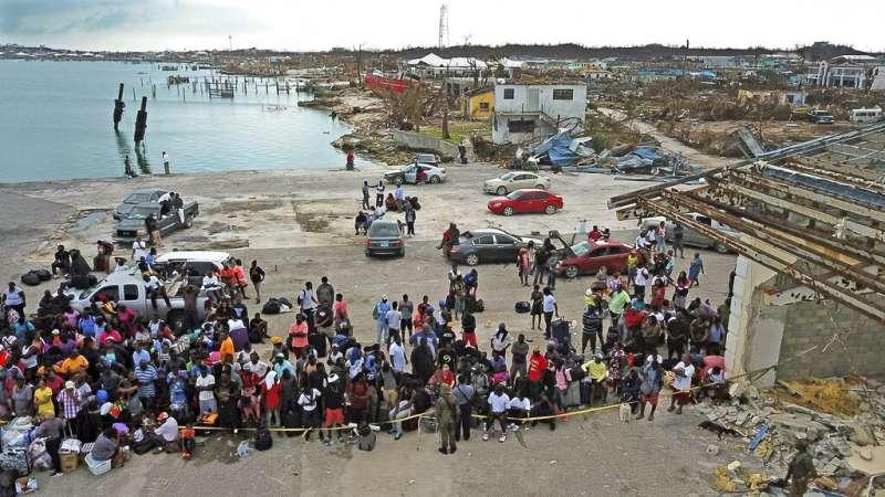 面對阿巴科群島的滿目瘡痍,部分災民選擇離開這塊傷心地。(美聯社)