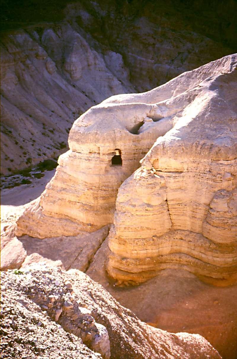 死海附近庫姆蘭以北第4號洞穴,9成的《死海古卷》皆發現於此洞穴(Wikipedia/Public Domain)