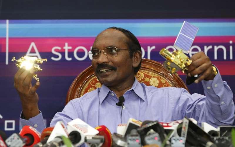印度國產探測器「月船2號」6日深夜在月球南極區域著陸的前幾分鐘失聯,登月任務疑似失敗。圖為印度太空研究組織(ISRO)控制室主任席凡(K. Sivan)(AP)