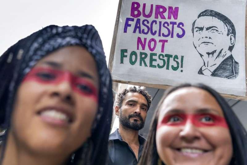 巴西人民上街抗議總統消極搶救雨林的態度,標語寫著「不要燒雨林、燒法西斯主義者!」的標語。(美聯社)