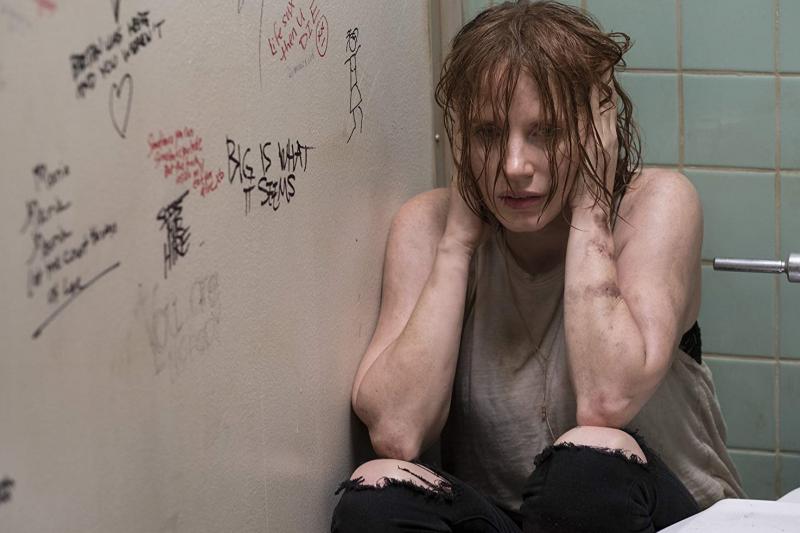 女主角被困在廁所中。(圖/IMDb)
