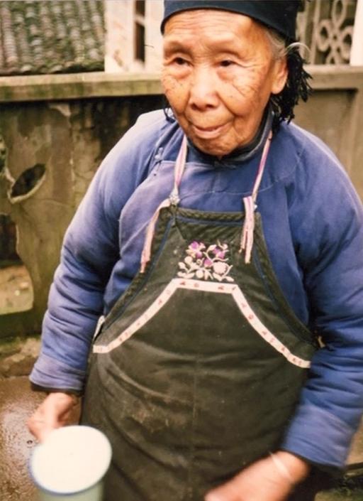 1982 年,女書被中國學者宮哲兵意外發現時已瀕臨滅絕,學者只找到兩位會寫女書的老太太:高銀仙(圖中人物)、義年華。 (圖/ 擷取自Youtube)