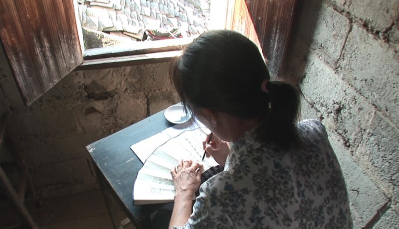 江永女子將女書寫在摺扇或手帕上,與閨密姊妹交換。 (圖/ 擷取自Youtube)