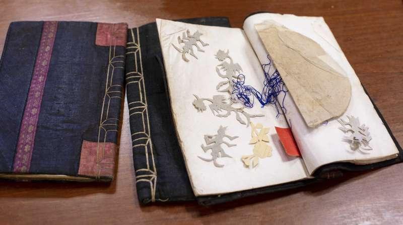 三朝書裡經常夾著婦女刺繡的花樣圖形,書衣皆為手工縫製,是傳統農村精裝本。(圖/林洵安攝)