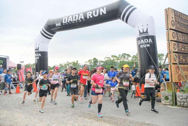 不少大小親子攜手參加5公里健康組路跑。(圖/路跑主辦單位提供)