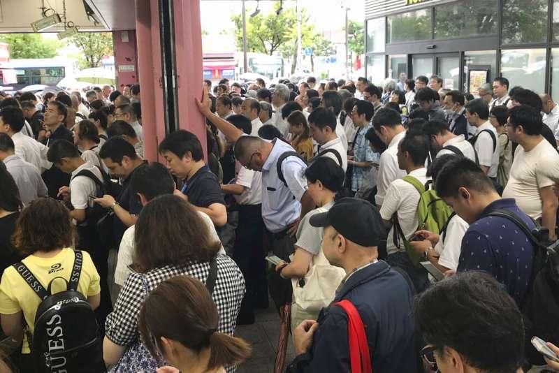法西颱風直撲日本,許多電車都因而停駛延誤。圖為在橫濱車站等候的大批通勤旅客。(美聯社)