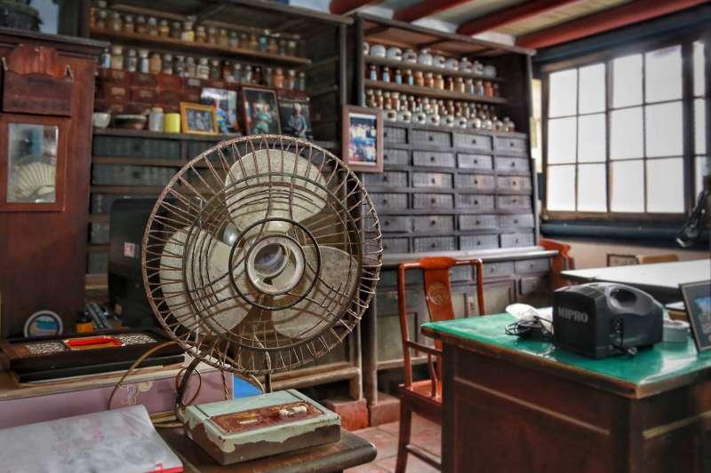 菁寮老街上的金興德藥舖在電視劇中熱映,遊客可來走訪,體驗下劇中抓藥情境。(圖/台南市政府新聞局提供)