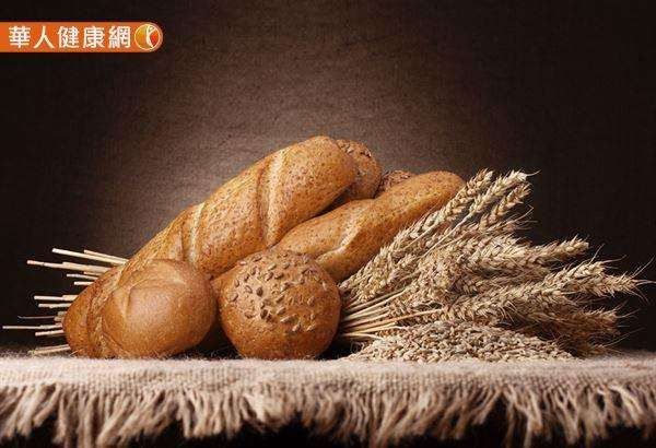 吐司、麵包類食物的GI值高,如果要吃麵包,建議選擇全麥麵包,或裸麥麵包等不易消化的低GI值麵包。(圖/華人健康網提供)