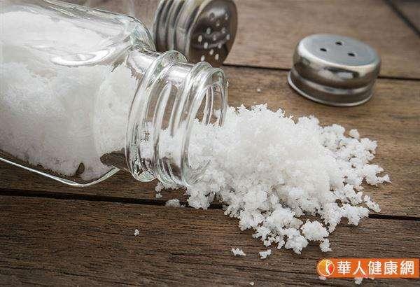 一旦鹽分攝取過量,就會加重腎臟排出鹽分的工作量,對腎臟造成額外負擔。當腎臟功能變弱,血壓會升高,血液循環也會變差。(圖/華人健康網提供)