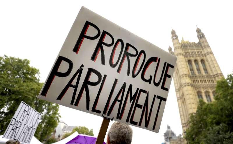 脫歐期限就在10月底,英國國會卻在首相強森要求下休會5個星期,至10月14日才能復會。(AP)