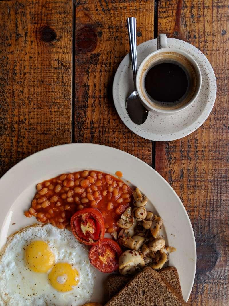 茄汁焗鷹嘴豆可以說是經典的英式早餐食材。(圖/取自Unsplash)
