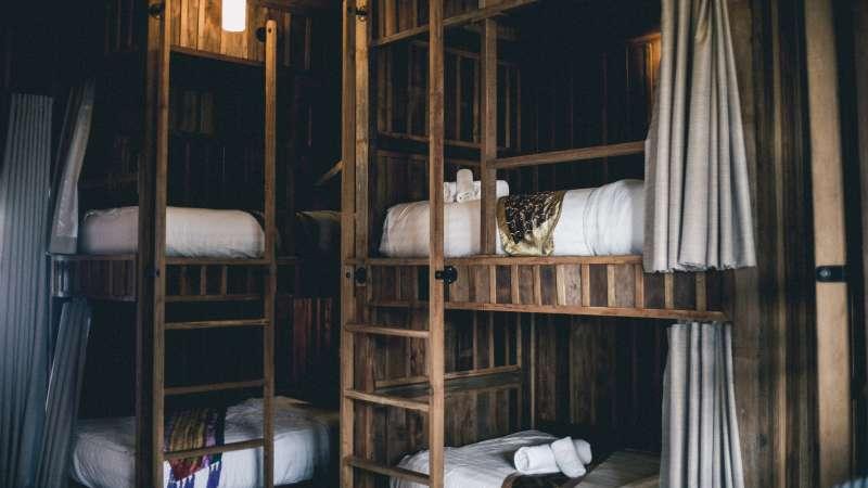 青年旅館的房型多為上下鋪的類型。(圖/取自Unsplash)