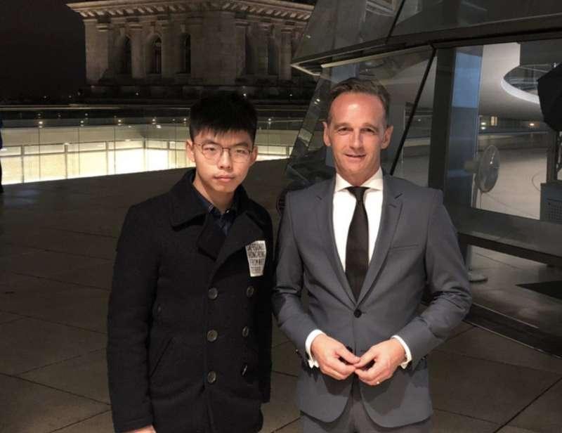 香港眾志領導人黃之鋒與德國外長馬斯(Heiko Maas)。(截自黃之鋒粉絲專頁)