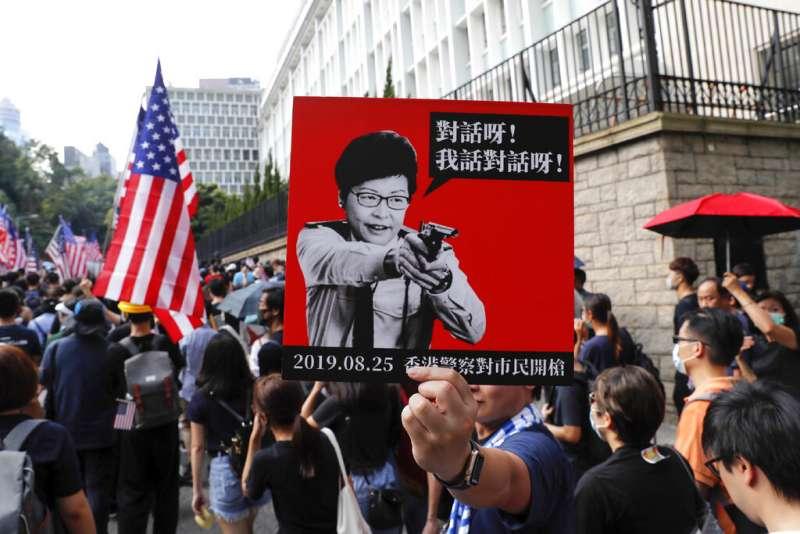 20190908,數萬示威民眾8日前往美國駐港澳總領事館,呼籲美國政府通過《香港人權與民主法案》。(AP)