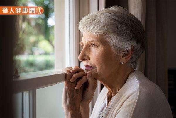 喪偶、憂鬱、久病厭世、重大生活事件、沉重經濟負擔、獨居等都是老人自殺的原因。(圖/華人健康網提供)
