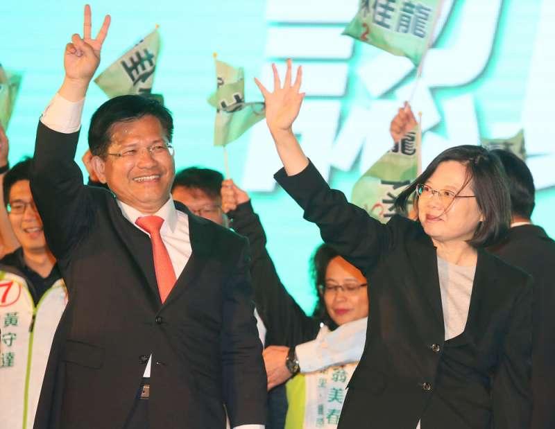 林佳龍(左)接任小英(右)台中競總主委,演王子復仇帶頭衝。(柯承惠攝)
