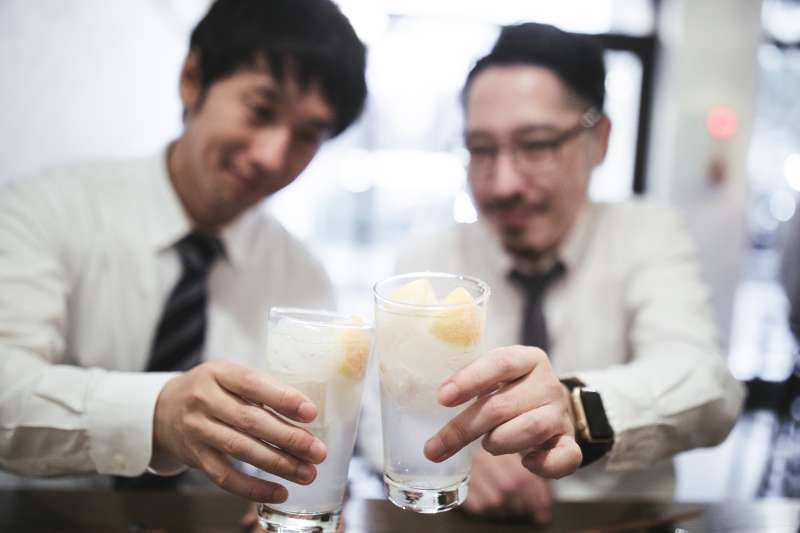 下班後跟同事來上一杯啤酒,是日本上班族常見的舒壓方式。(圖/pakutaso)