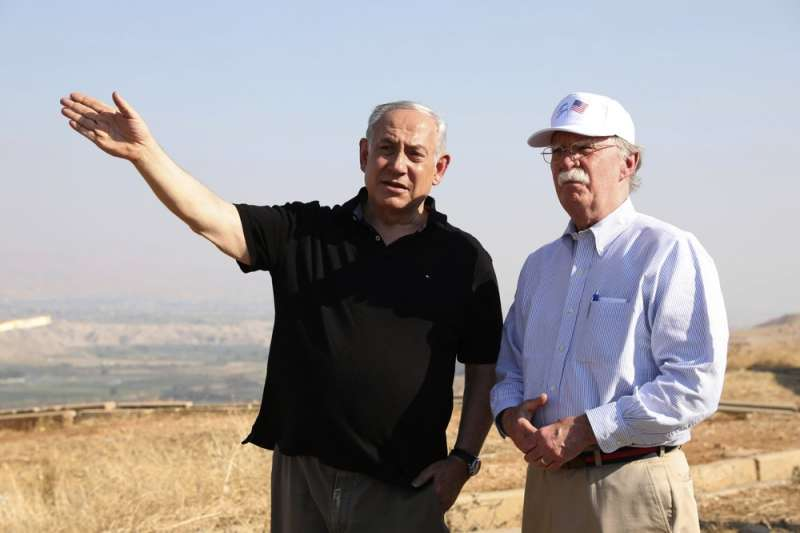 以色列總理納坦雅胡與美國白宮國安顧問波頓(John Bolton)眺望約旦河谷旁。納坦雅胡日前聲稱若選上總理將併吞約旦河西岸。(AP)