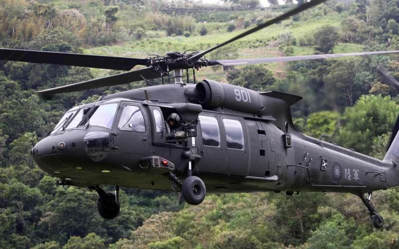 20190912-陸軍特指部特5營近日展開總距離550公里的「戰術任務行軍訓練」,日前來到宜蘭縣大同國小,特別申請一架UH-60M黑鷹直升機在學校操場實施戰傷救護、傷患後送、物資搬運等科目演練。(蘇仲泓攝)