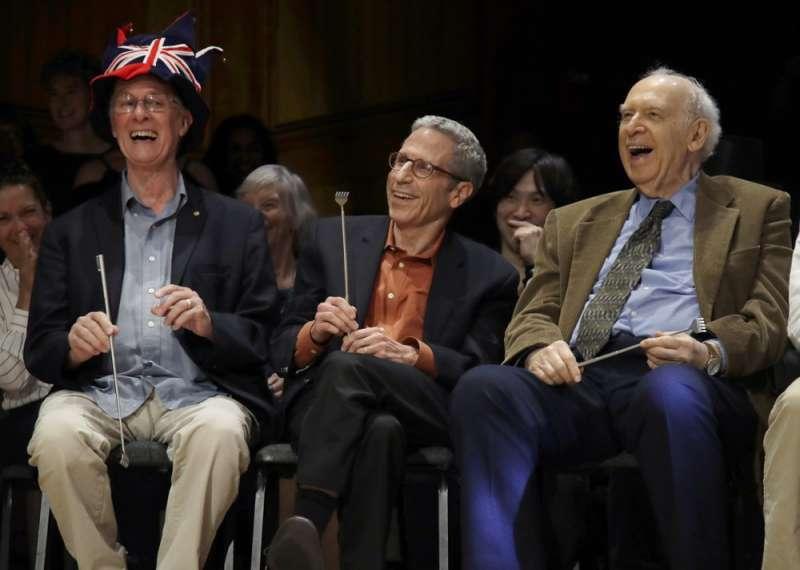 三位諾獎得主羅伯茲(Rich Roberts,1993年醫學獎)、馬斯金(Eric Maskin,2007年經濟學獎)、弗里德曼(Jerome Friedman,1990年物理學獎)出席第29借搞笑諾貝爾獎頒獎(AP)