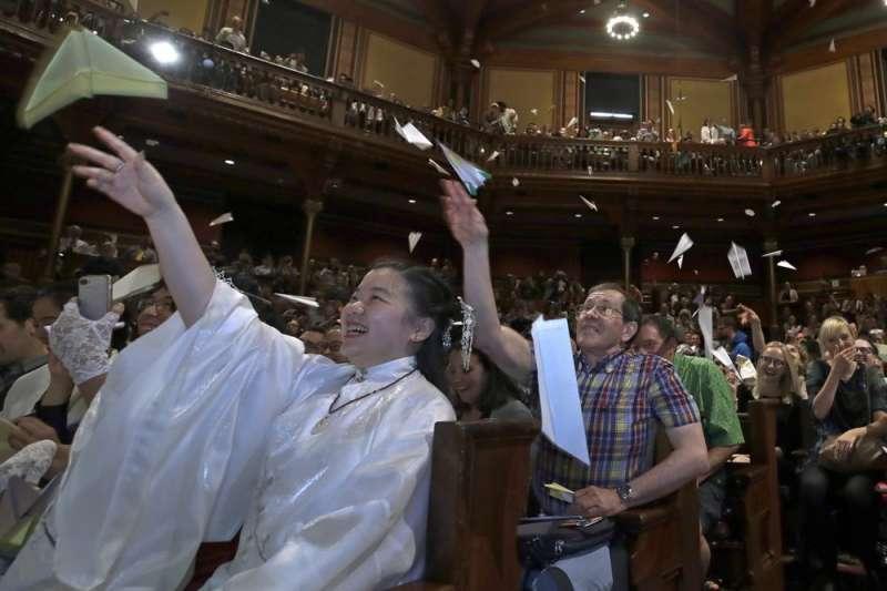 第29屆搞笑諾貝爾獎,得獎者上台時,台下觀眾依據傳統向台上丟紙飛機。(AP)