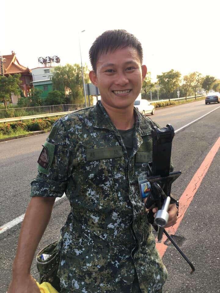 20190914-陸軍八軍團所屬裝甲564旅任副班長的趙廷中士護送國道爆胎車輛下交流道,並進一步協助更換輪胎,獲得一致好評。(陸軍八軍團提供)