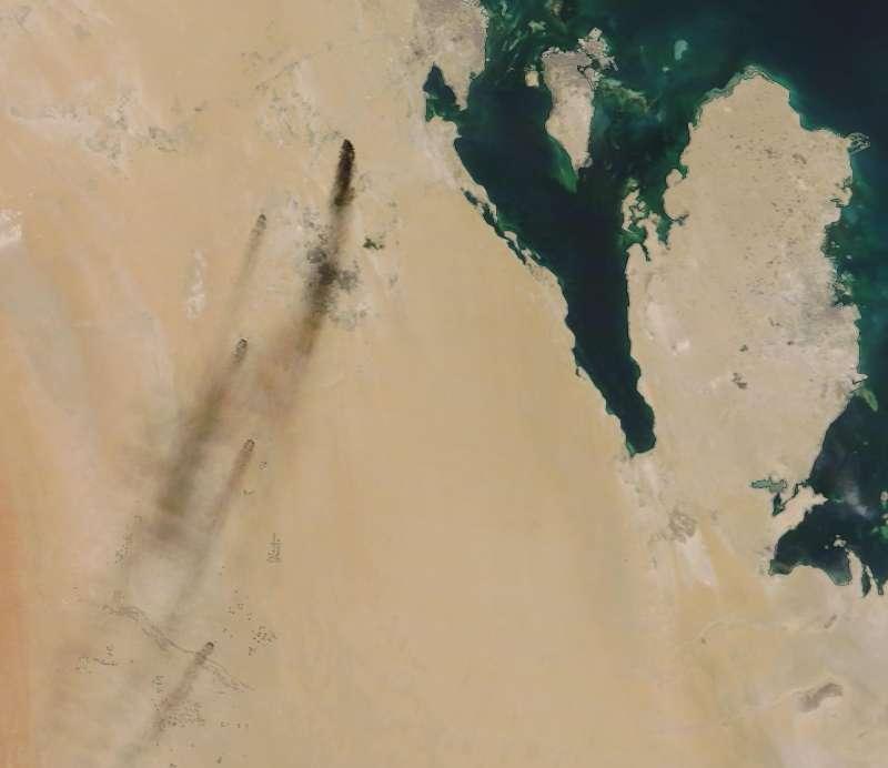 2019年9月14日,沙烏地阿拉伯東部兩座油田遭到無人機攻擊,爆炸後冒出熊熊大火,衛星照片可見火勢蔓延範圍。(AP)