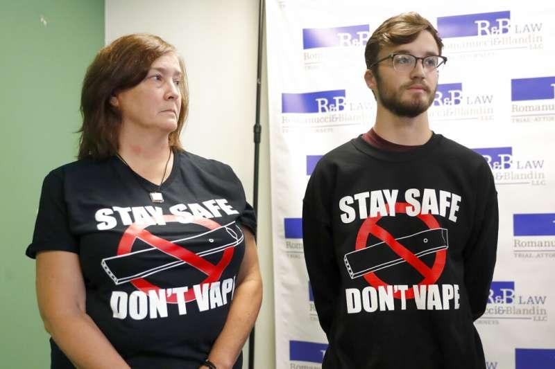 美國18歲少年赫根里德吸食電子煙兩年後出現嘔吐發燒現象,8月一度嚴重到被送進加護病房。(美聯社)