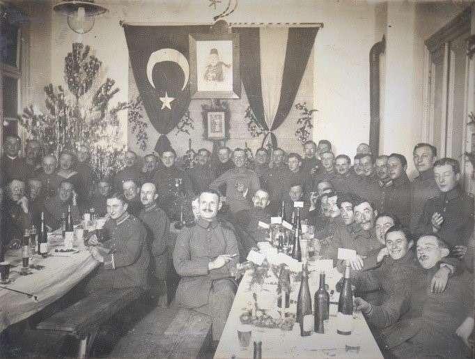 一戰期間,德軍在奧斯曼帝國慶祝聖誕節,背景中掛著奧斯曼帝國國旗與德意志帝國國旗。(作者提供,取自維基百科)