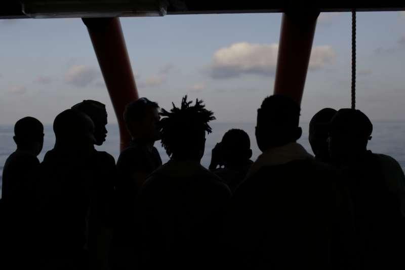 義大利新聯合政府允許掛著挪威國旗的難民救援船「海洋維京號」載的移民移轉到海岸警察隊的船上,接著載著難民的船停靠在南部蘭佩杜薩島(AP)