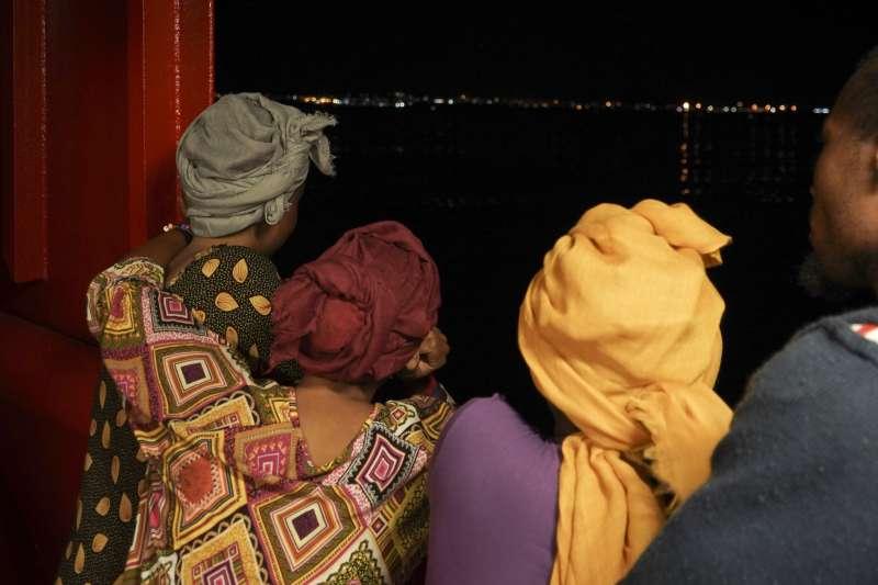 14日晚間,義大利新聯合政府允許掛著挪威國旗的難民救援船「海洋維京號」載的移民移轉到海岸警察隊的船上,接著載著難民的船停靠在南部蘭佩杜薩島(AP)