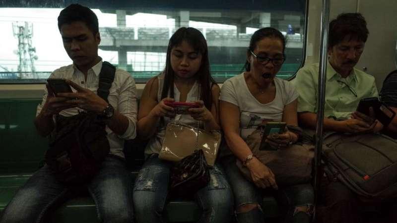 菲律賓人平均每天花在社交媒體上的時間超過4個小時。(圖/BBC News中文)