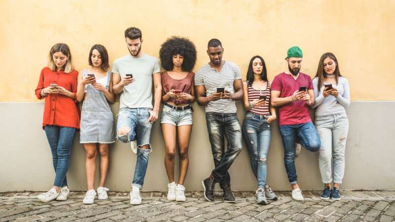 16-24 歲的年輕人上網最多。(圖/BBC News中文)