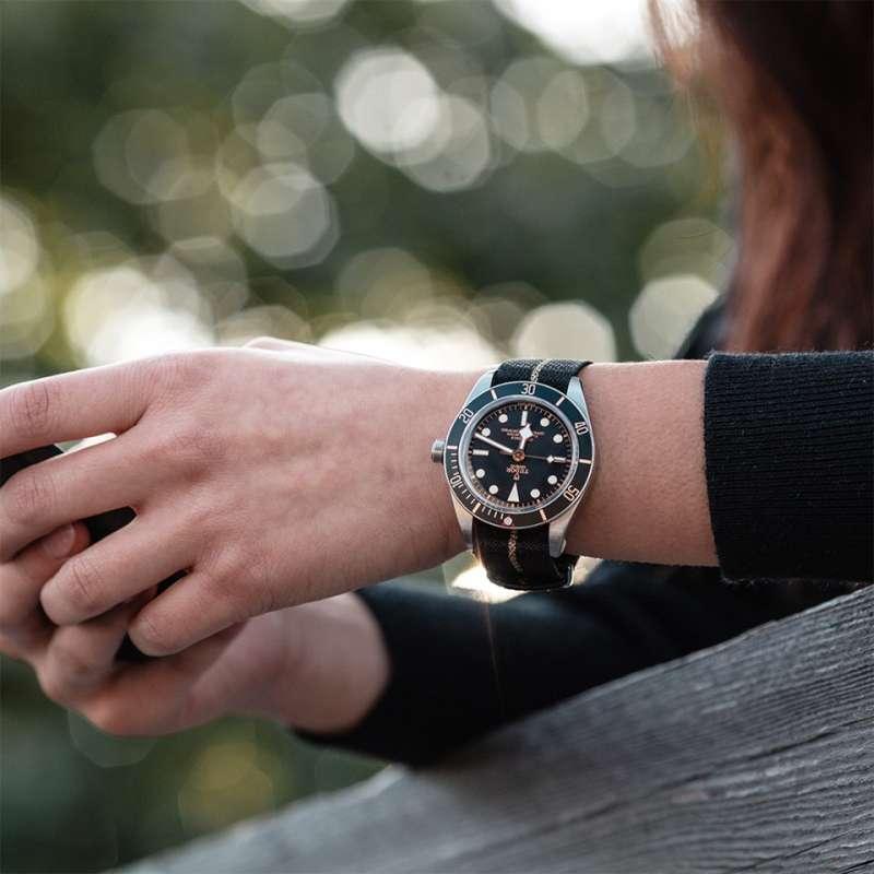 NATO錶帶年輕、活潑,具有與不鏽鋼、皮革錶帶完全不同的風格。(圖/取自Tudor臉書粉絲專頁)