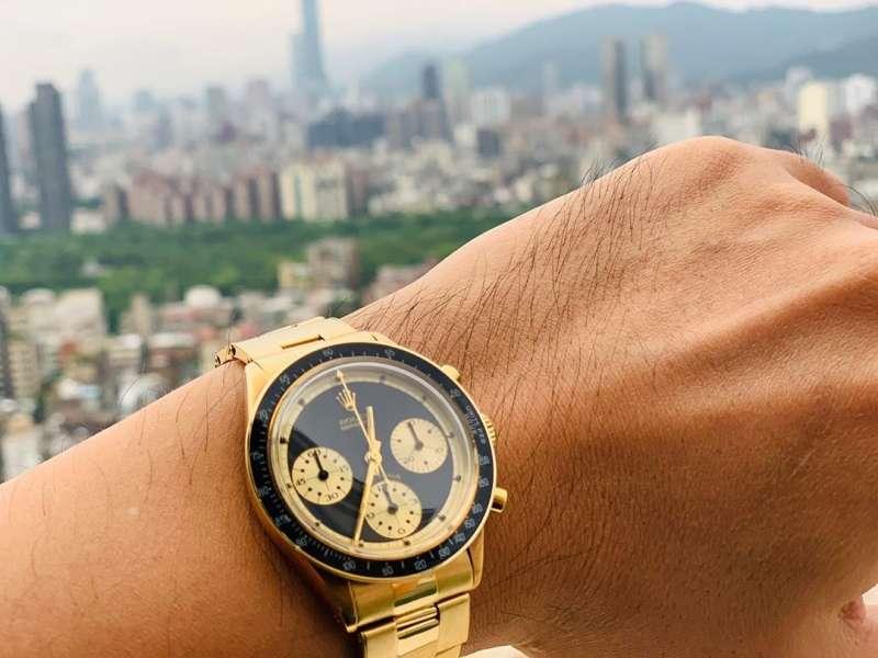 怎麼可以戴其他品牌的手錶!喔...原來是同集團的老大哥。(圖/取自周杰倫IG)