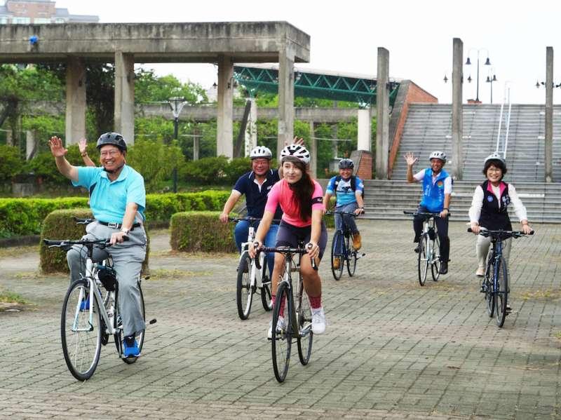 新竹縣長楊文科(左一)與單身網紅Susu(左三)等共同為自行車節熱身造勢。(圖/新竹縣政府提供)