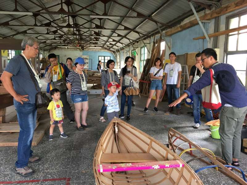 高雄市勞工博物館首次加入婚姻法律事務所的導覽,並搭配4樓「船傳」常設展辦理「自力造舟」、「漁網編織DIY」等體驗活動。(圖/徐炳文攝)