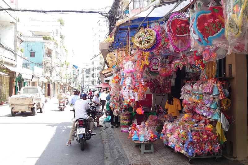 位於胡志明市梁如鵠街的燈籠專賣店。(圖/想想論壇)