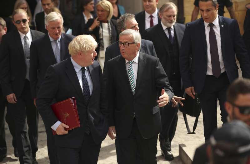 英國首相強森(前左)16日訪問盧森堡,與歐盟執委會主席容克(前右)等歐盟領袖展開會談(美聯社)