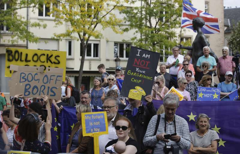 英國首相強森16日訪問盧森堡,並與盧森堡總理會面,反脫歐民眾在外示威抗議(美聯社)