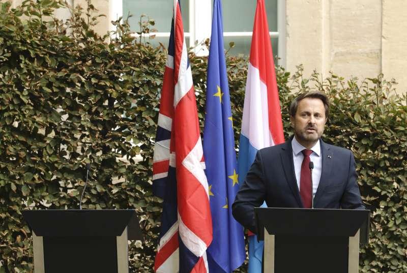 英國首相強森16日原本要與盧森堡總理貝特爾(右)召開聯合記者會,但由於反脫歐民眾示威抗議,因此強森缺席(美聯社)