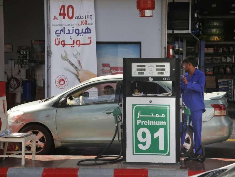 沙烏地國營石油公司14日遭攻擊,全球油價大漲18%。(AP)