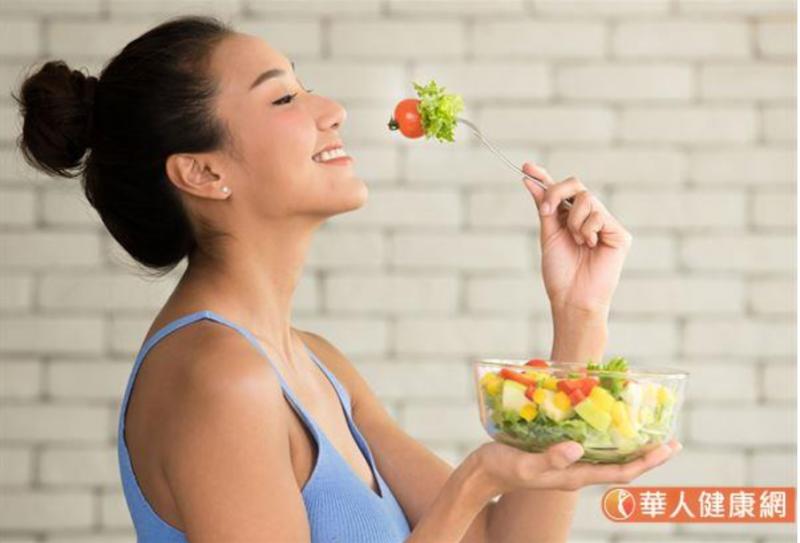 5555減重法其特⾊在於:採取少量分食法,把⼀天要吃的食物分成5次進食,⽽每餐的總熱量都控只在 300⼤卡左右(圖/華人健康網)