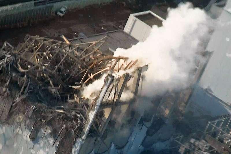 2011年3月16日,當時福島第一核電廠三號機正在冒出陣陣白煙。(美聯社)
