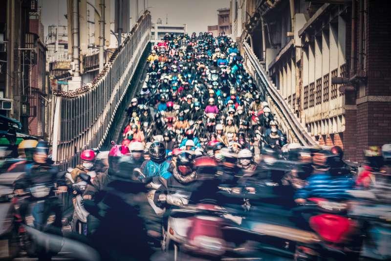 全台機車總量高達一千五百萬輛。每到上下班時間,台北橋的機車宛如瀑布般傾瀉而下。(圖/研之有物)